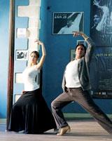 世界的なダンサー・ピパ氏の指導を受けフラメンコに初挑戦する黒木メイサ(撮影:山澤伸)