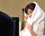 タオルに顔をうずめる森高千里/『ハミングNeo』(花王)CMメイキングカット