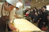"""イケア新三郷店2周年記念イベントで""""2人掛けソファー型""""の巨大ケーキを制作、約500人の来場者に振舞われた (C)ORICON DD inc."""