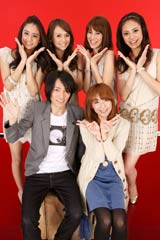 (後列左から時計回りに)山本美月、舞川あいく、安座間美優、土屋巴瑞季、moumoonのYUKAと柾昊佑