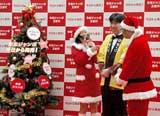 年末ジャンボ宝くじ発売イベントに登場した(左から)サンタ姿の国生さゆり、Wコロン