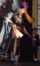 映画『ロビン・フッド』の来日記者会見で大ヒット祈願の破魔矢をプレゼントした神田うの (C)ORICON DD inc.