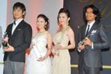 『第39回ベストドレッサー賞』を受賞した(左から)沢村一樹、武井咲、杉本彩、中澤佑二選手