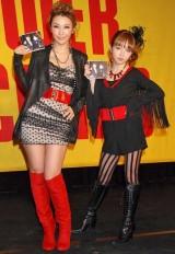 YU-A feat.MUNEHIRO「CHANGE」の発売イベントを行った(左から)MUNEHIROこと鈴木紗理奈とYU-A (C)ORICON DD inc.