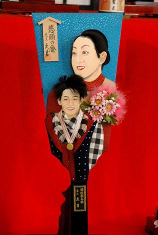 2010年『変わり羽子板』のモデルに選ばれた浅田真央、高橋大輔 (C)ORICON DD inc.