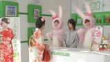 ウサギの着ぐるみ姿の中島みゆきと佐々木希(右)に驚く樹木希林(左)/『フジカラーポストカード』(富士フイルム)新CM