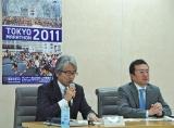 『東京マラソン2011』のチャリティ枠について会見を行う(左から)早野忠昭事務局長、白井企画担当部長 (C)ORICON DD inc.