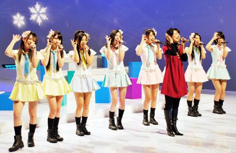 新田の名曲を一緒に歌唱するSKE48のメンバー