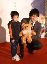 主演映画『ノルウェイの森』の台湾プレミアで現地の子どもと触れ合う松山ケンイチ