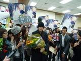 主演映画『ノルウェイの森』のキャンペーンで台湾を訪れ、ファンに囲まれる松山ケンイチ