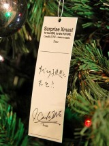 Candle JUNE氏が『こどもたちの未来を祈る』チャリティーツリー・セレモニーイベントを体調不良のため急きょ欠席 ※写真は、会場のクリスマスツリーに飾られたCandle JUNE氏直筆のメッセージ (C)ORICON DD inc.