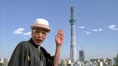 テリー伊藤が東京スカイツリーを紹介する富士フイルムの新CM『屋上新年会・フォトブック』篇