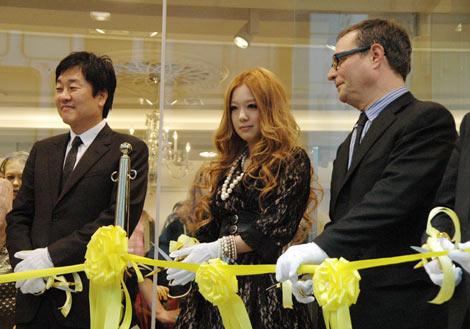 テープカットを行う(左から)ドン・チャン社長、西野カナ、ローレンス・H・マイヤー副社長 (C)ORICON DD inc.