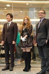 FOREVER21渋谷店のオープニングセレモニーに登場した(左から)ドン・チャン社長、西野カナ、ローレンス・H・マイヤー副社長 (C)ORICON DD inc.