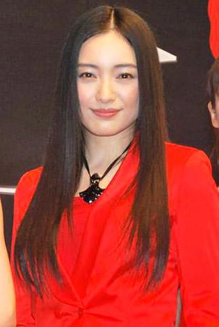 赤い服の仲間由紀恵さん
