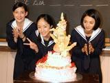 NHK朝の連続テレビ小説『おひさま』の会見で24歳の誕生日を迎える井上真央(中央)を祝福した(左から)マイコ、満島ひかり