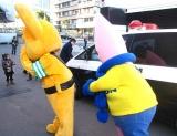警視庁マスコットキャラクター・ピーポくんの背後に忍び寄る東京タワーマスコットキャラクター・ノッポン兄
