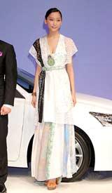 レクサスブランドの新車『LEXUS CT200h』発表および披露会で独創的な重ね着衣装をお披露目した杏