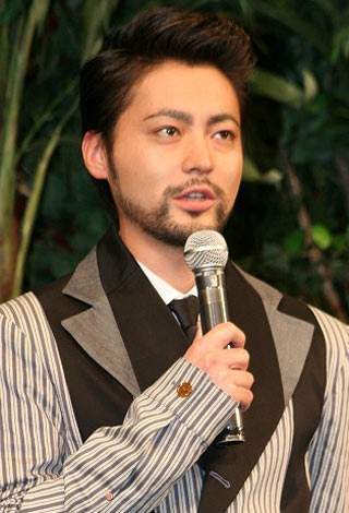 インタビューに答える山田孝之。