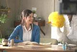 仲良く顔を見合わせる宮崎とアフラックダック/『アフラック』新CMメイキングカット