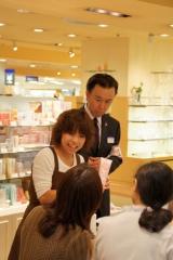 説明を聞いて体験もできる、東武百貨店池袋店「花粉症対策ミニツアー」の様子(イメージ)