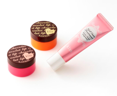 伊勢半が発売したバレンタイン限定商品(左2品)『キスリップショコラバー』、(右)『キスネイルケアトリートメント』