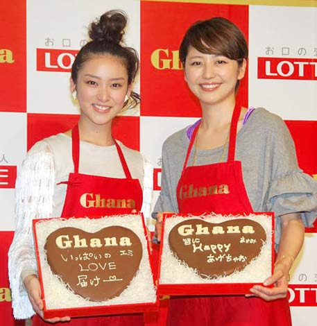 直筆のメッセージを書き込んだチョコレートを手に笑顔の(左から)武井咲、長澤まさみ (C)ORICON DD inc.