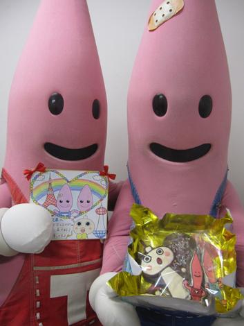 京都タワーのたわわちゃんからチョコレートをもらったノッポン兄弟