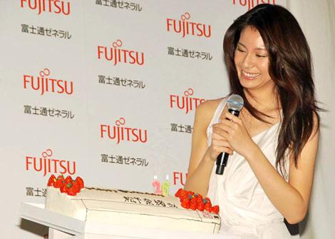 ルームエアコン『nocria』の新CMキャラクター発表会で26歳の誕生日祝いにエアコン型のケーキを贈られた松下奈緒 (C)ORICON DD inc.