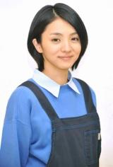 幼稚園教諭を演じる満島ひかり(C)NTV