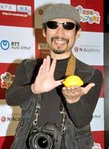 ネットスクール『N-Academy』の新講座記者発表会で「何も入っていない袋からレモンを出すマジック」を披露した渡部陽一