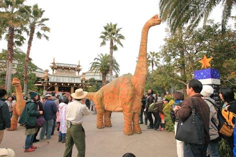 恐竜の親子がジュラシック・パークに登場する「ダイナソー・ウォーク」 (C)ORICON DD inc.