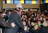 空港に駆けつけた約400人のファンにサービスしたジョニー・デップ