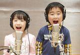 元気いっぱいに歌う芦田愛菜(左)&鈴木福