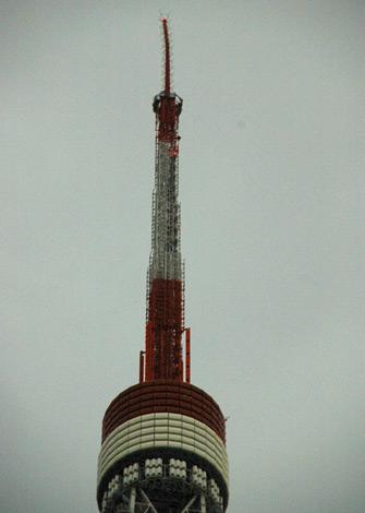 東日本大震災の影響で曲がった東京タワーの先端 (C)ORICON DD inc.