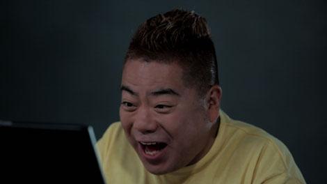 オンラインゲーム『アラド戦記』のCMに出演する出川哲朗