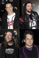 命知らずなJackassメンバー(左上ジョニー・ノックスヴィル、右上バム・マージェラ、左下クリス・ポンティアス)とジェフ・トレメイン監督(右下)