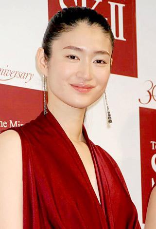 赤いドレスにアップへアが美しすぎる女優・小雪