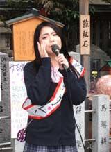 ヒット祈願に訪れた露天神社で新曲を披露するカレン