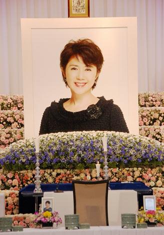 たくさんの花々とにこやかな田中好子さんの遺影が飾られた祭壇 (C)ORICON DD inc.