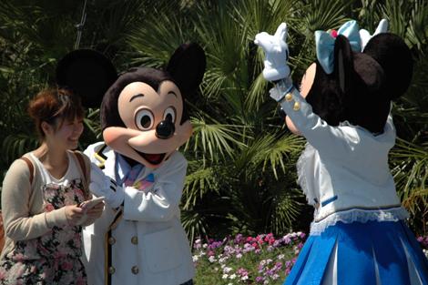 47日ぶりに営業を再開した東京ディズニーシー、ミッキー&ミニーが来場者を出迎える (C)ORICON DD inc.