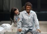夫婦を演じる橋本じゅんと石原さとみ(左)。舞台「港町人情オセロ」より(C)ORICON DD inc.