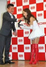 キャラクターを務める『イー・モバイル』の新CM発表会に出席したAKB48・板野友美、iPad2のプレゼントに大喜び (C)ORICON DD inc.