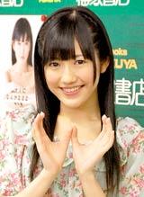 """初の写真集『まゆゆ』の発売記念イベントで""""おしりポーズ""""のAKB48・渡辺麻友"""