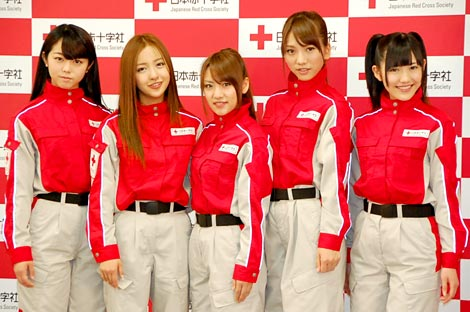 日本赤十字社『誰かのためにプロジェクト』の記者発表会に出席したAKB48(左から峯岸みなみ、板野友美、高橋みなみ、高城亜樹、渡辺麻友) (C)ORICON DD inc.