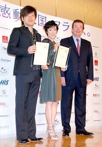 フランス観光親善大使に任命された(左から)平野啓一郎氏、寺島しのぶ、駐日フランス大使 (C)ORICON DD inc.