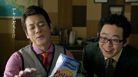 マネージャーに最新PCの使い方を説明する唐沢寿明