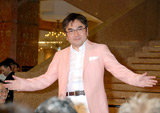 『スーパークールビズ』ファッションショーに登場したNHK・松本和也アナウンサー