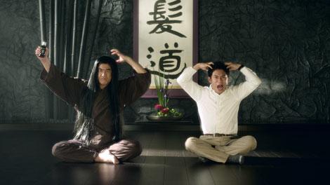 育毛剤『カロヤンアポジカ�煤iシグマ)プラス』の新CMに出演する藤岡弘、(左)と伊藤淳史(右)