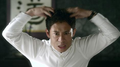 気合を入れて頭皮のマッサージを行う伊藤